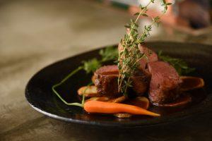 仔羊背肉のローストタイム風味、そのジュのソース シェフのスペシャリテ